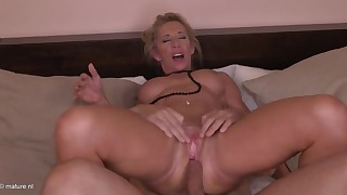Good mature milf anal session in the bed