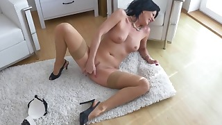Passionate high-heeled MILF shows off her body