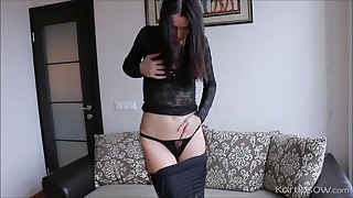 Raven-haired hottie plays with her pussy